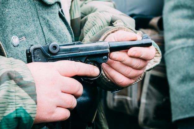 Pistola parabellum nas mãos