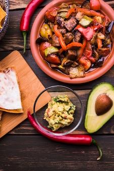 Pita deliciosa perto de refeição entre vegetais