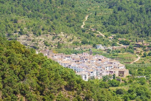 Pitoresca cidade branca no interior ain comunidad valenciana espanha