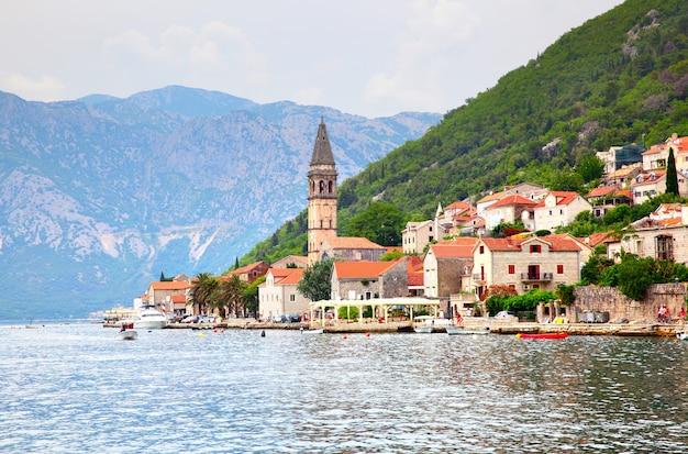 Pitoresca cidade de perast na costa da baía de kotor, montenegro