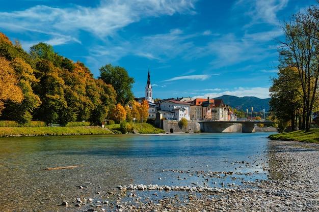 Pitoresca cidade turística de bad tolz na baviera, alemanha, no outono, e o rio isar