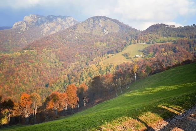 Pitoresca paisagem campestre alpina de outono colinas de montanha em lombardia itália aventura turística