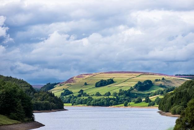 Pitoresca vista sobre as colinas perto de ladybower reservoir, peak district