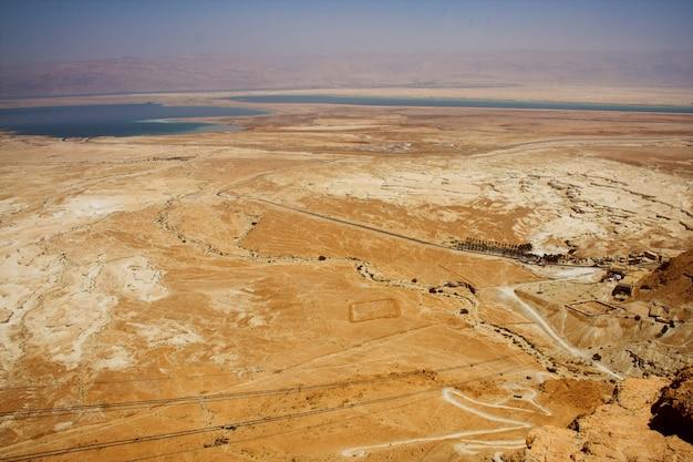 Pitorescas montanhas antigas sobre o mar morto