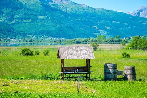 Pitoresco acampamento no lago plav nas montanhas de montenegro.