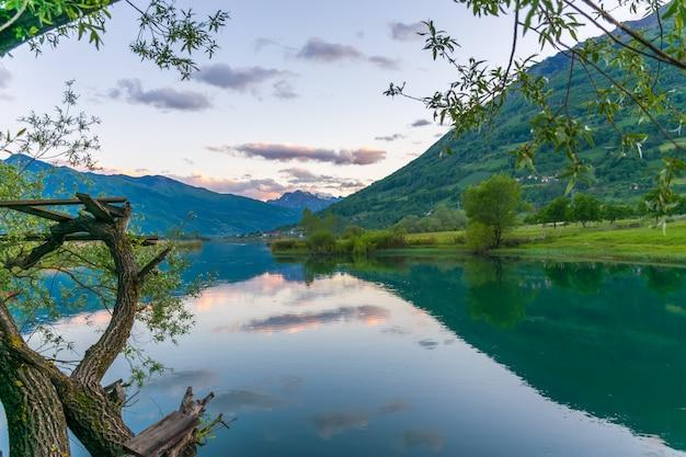 Pitoresco lake plav nas montanhas de montenegro.
