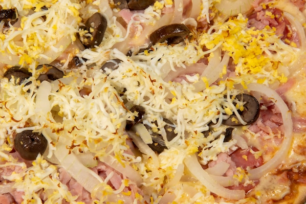 Pizza à portuguesa com presunto, ovo, pimenta, cebola, mussarela, vista de cima