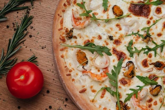 Pizza aromática com linguiça de caça, cebola e tomate