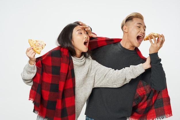 Pizza asiática e homem comendo pizza