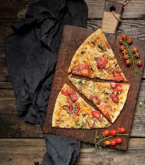 Pizza assada com linguiça defumada, cogumelos, tomate, queijo e endro