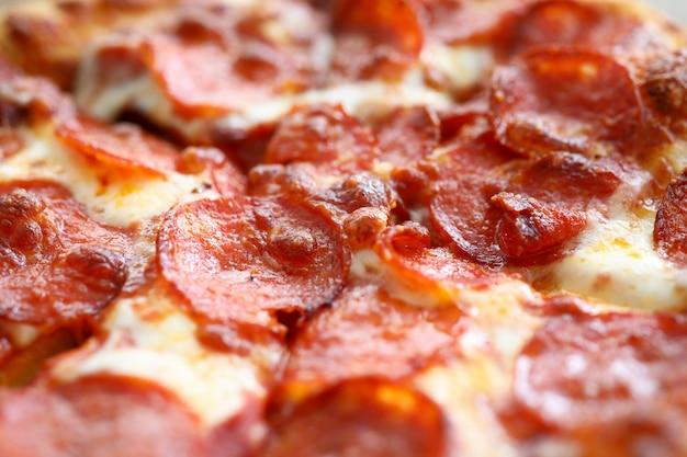 Pizza assada fresca com queijo duro e calabresa saborosa e pronta para comer