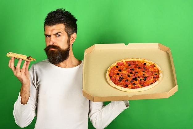Pizza bonito sexy barbudo homem com cara séria comendo pizza homem comendo pizza e segurando a caixa