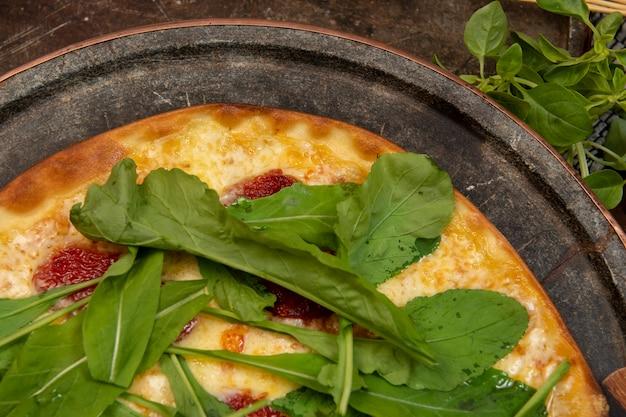 Pizza brasileira com tomate seco, rúcula e mussarela. pizza tradicional brasileira