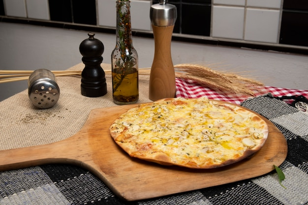 Pizza brasileira de cogumelos, queijo e orégano, vista de cima