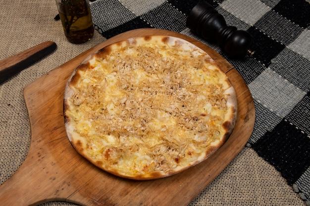 Pizza brasileira de frango desfiado com cream cheese, vista de cima