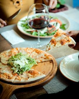 Pizza caesar em cima da mesa