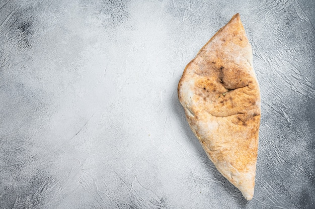 Pizza calzone italiana com frango e queijo
