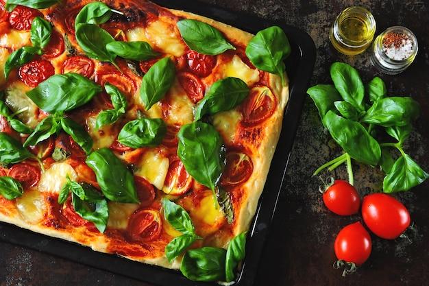 Pizza caprese. dieta keto. pizza keto.