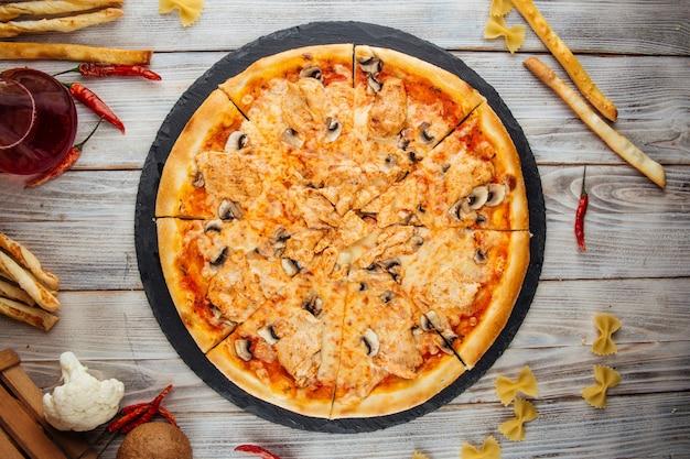 Pizza capricciosa com cogumelos filé de frango