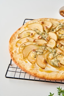 Pizza caseira de frutas com pêra doce com queijo e mel