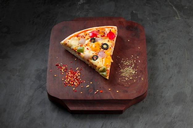Pizza caseira deliciosa pizza feita com pimentão vermelho verde e amarelo