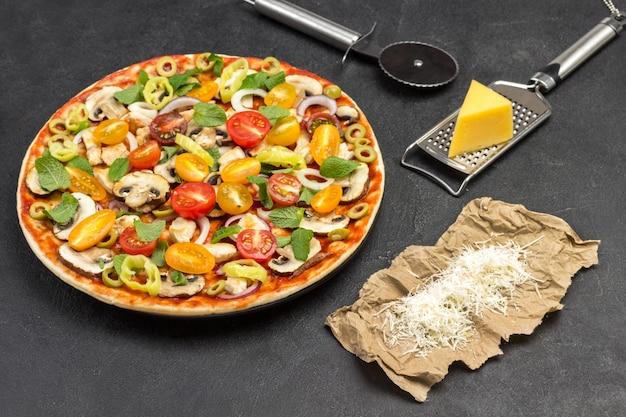 Pizza caseira e vários ingredientes