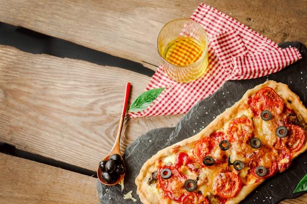 Pizza caseira em um fundo de madeira