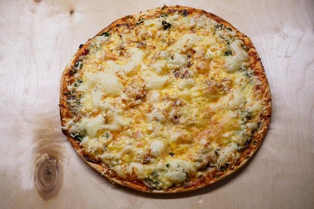 Pizza caseira em uma placa de madeira.