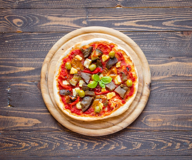 Pizza caseira fresca com vegetais diferentes