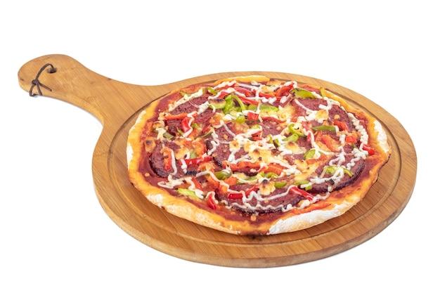 Pizza caseira na tábua de madeira isolada