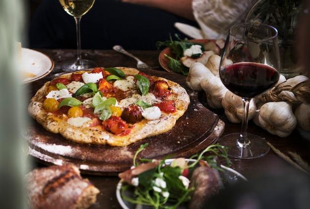 Pizza caseira para jantar com vinho tinto