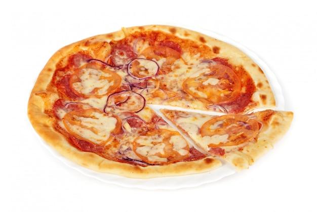 Pizza closeup com salame, tomate, cebola e queijo mussarela