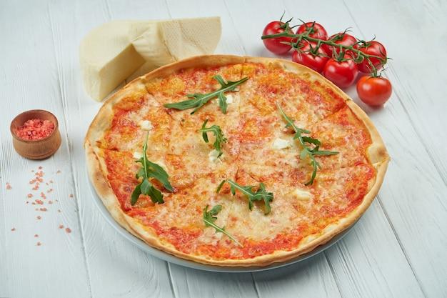 Pizza com 4 tipos de queijo em um fundo branco de madeira