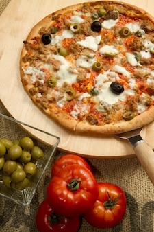 Pizza com atum e azeitonas