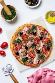 Pizza com bacon, cogumelos, tomate, queijo e azeitonas. comida italiana.