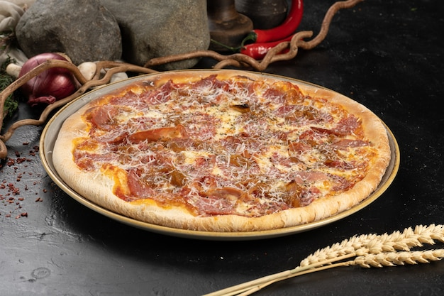 Pizza com bacon, salame e queijo parmesão