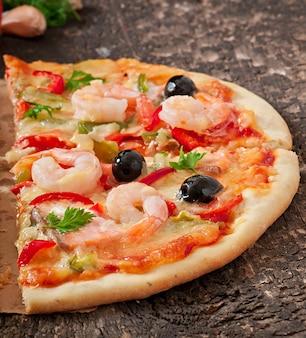 Pizza com camarão, salmão e azeitonas