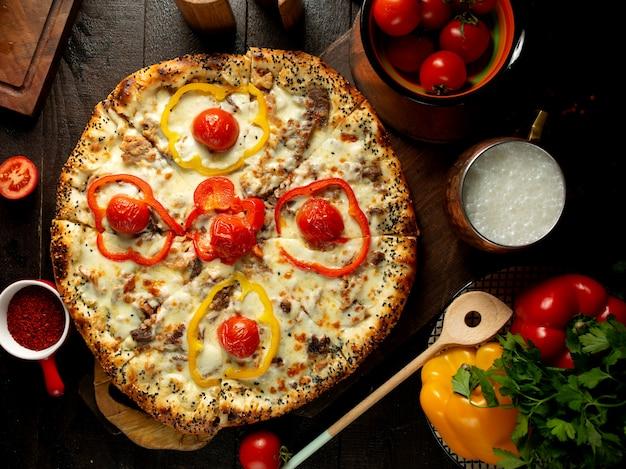 Pizza com carne e legumes