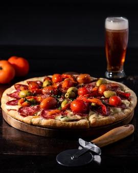 Pizza com cerveja em mesa de madeira