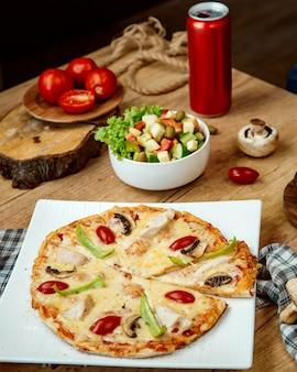 Pizza com cogumelos de frango e salada de legumes