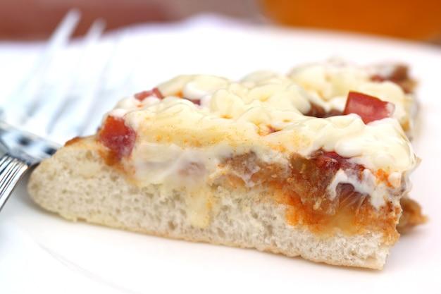 Pizza com colher sobre fundo branco