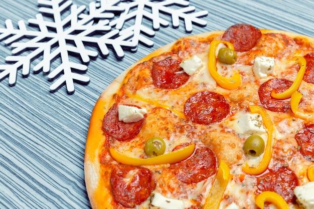 Pizza com decoração de flocos de neve. pizza de inverno