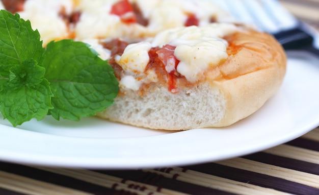 Pizza com folhas de hortelã close-up sobre fundo branco