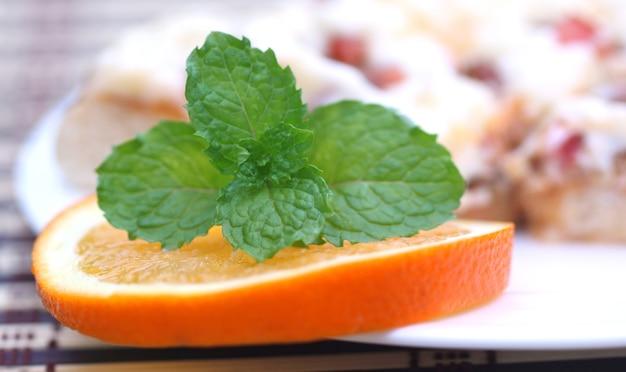 Pizza com folhas de hortelã e molho de laranja