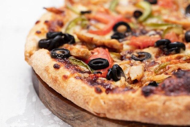 Pizza com frango e azeitonas