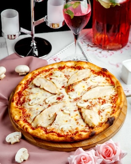 Pizza com frango, queijo e molho de tomate