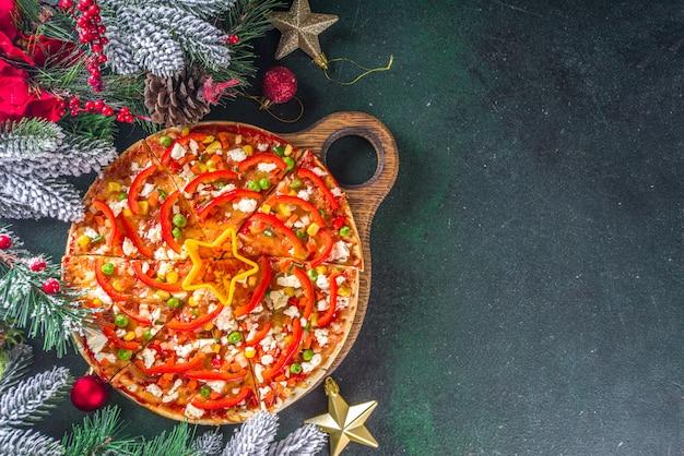 Pizza com ingrediente em forma de decoração de natal