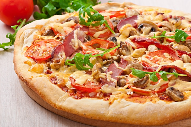 Pizza com legumes e presunto