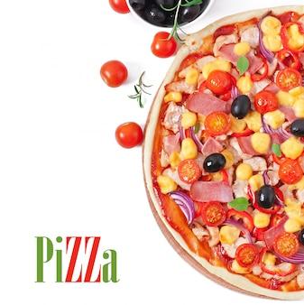 Pizza com legumes, frango, presunto e azeitonas isoladas no branco