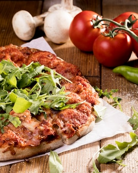 Pizza com legumes na mesa